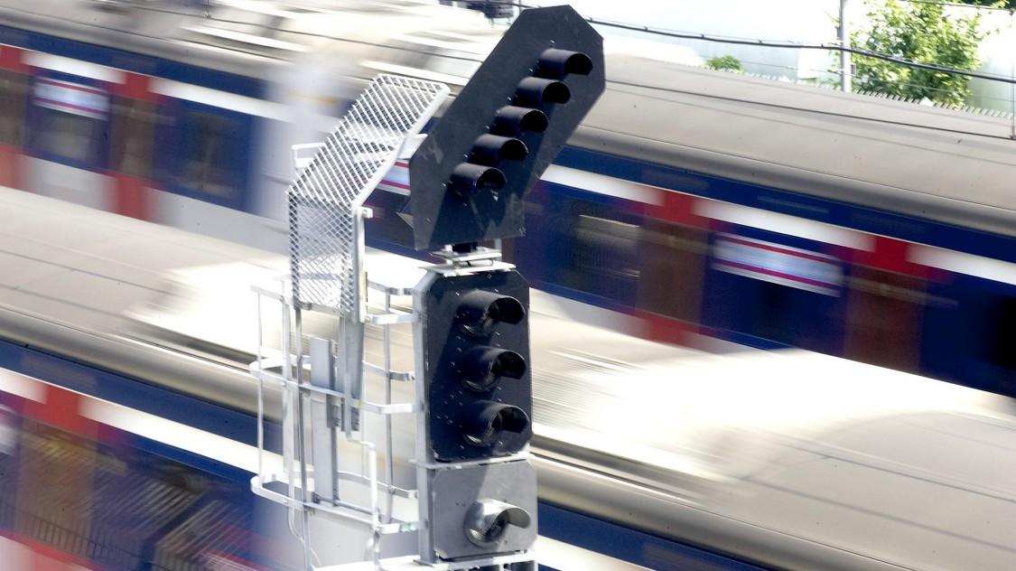 vorbeirassender Zug und ein Signal