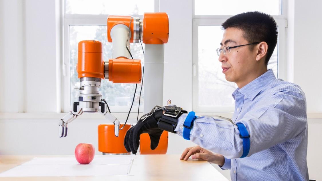Wir arbeiten Hand in Hand mit künstlicher Intelligenz.