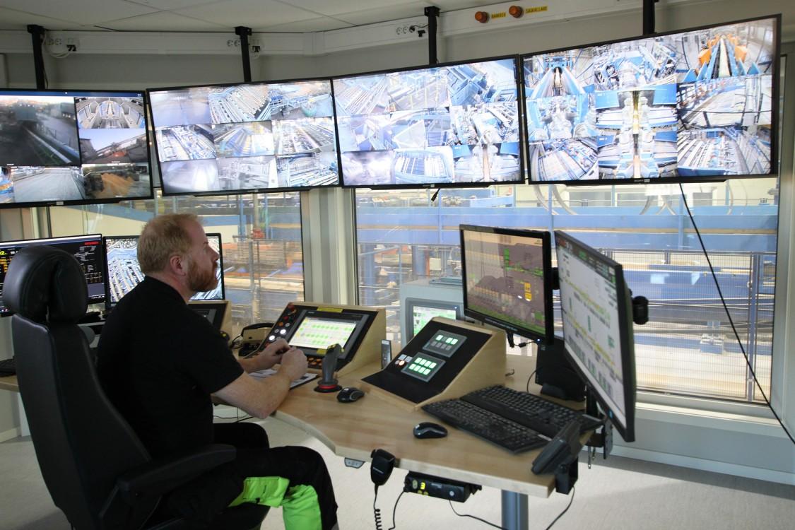 Sågverksoperatören Andreas Johansson har full koll på processflödena.