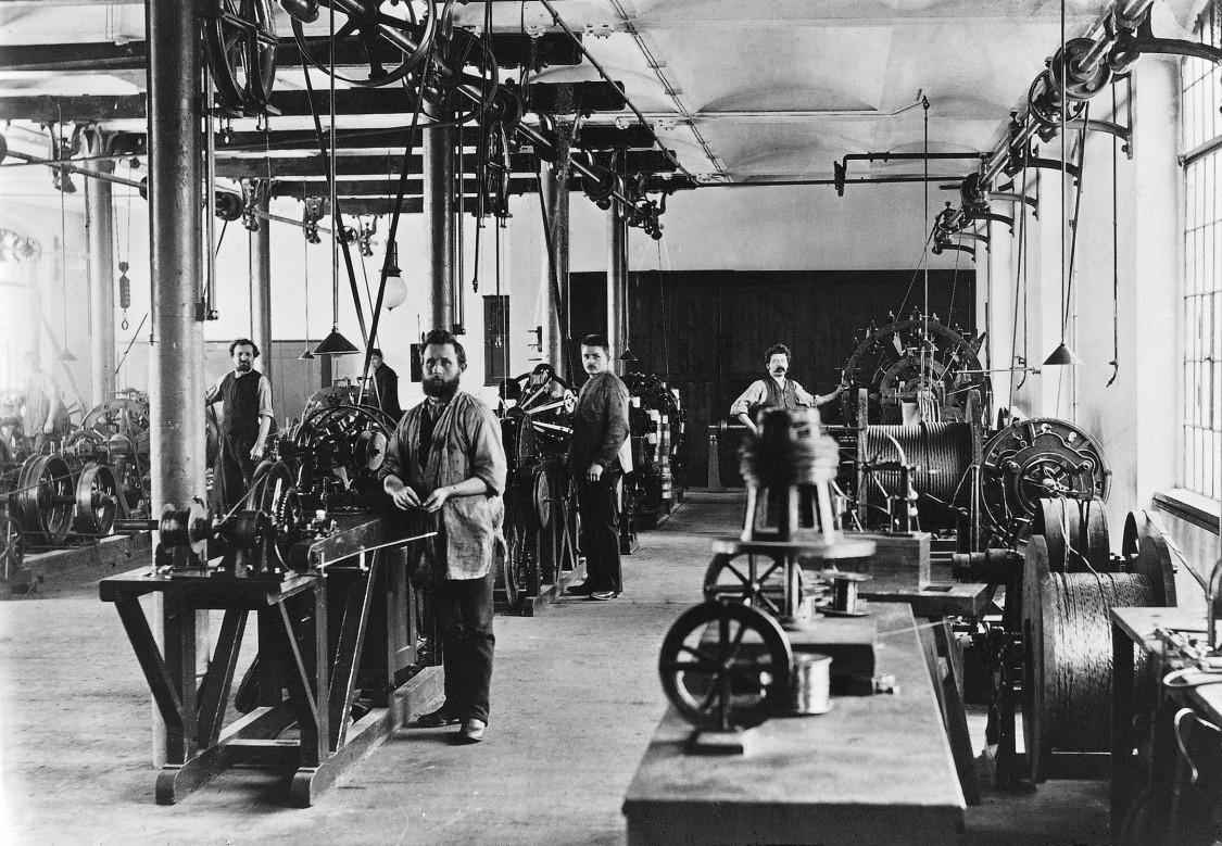 Công nhân tại nhà máy Charlottenburg của công ty Siemens & Halske, năm 1890