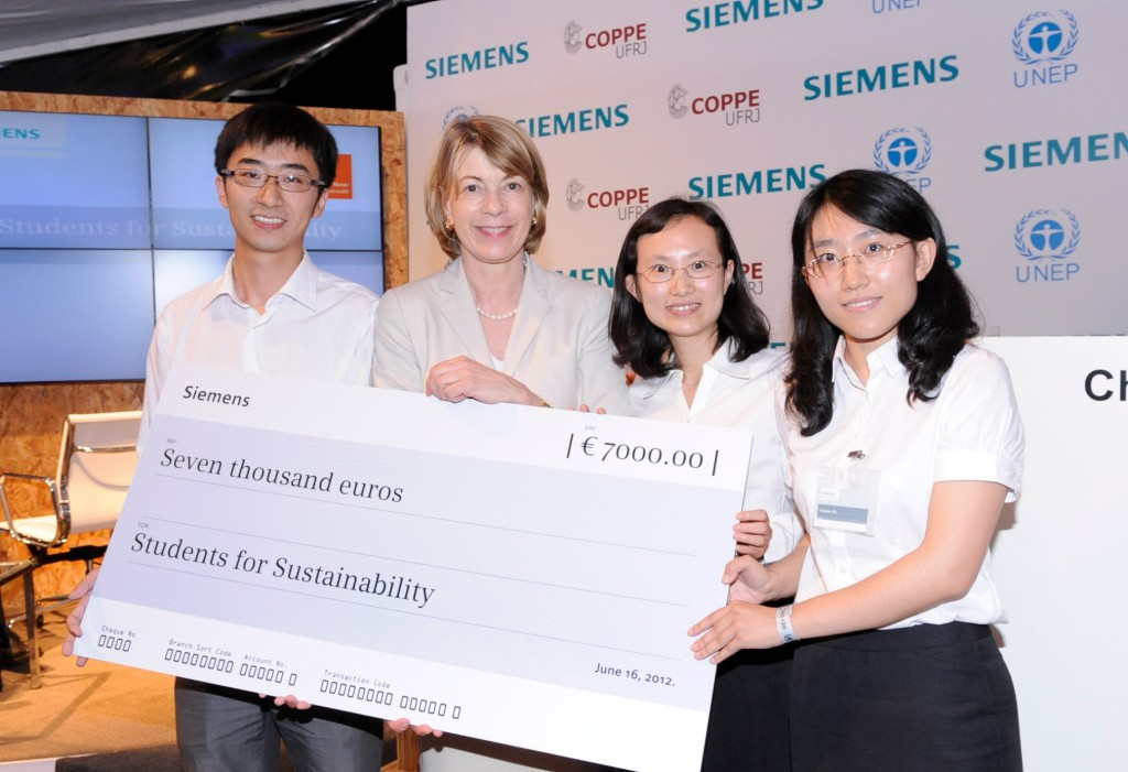"""Winners: The team from Tsinghua University, China, won the first prize at the """"Students for Sustainability"""" debate for their sustainability project """"Energy Shortages in China's Yangtze River Delta: Co-Management For Diesel Shortage and Waste Oil Pollution in Densely Populated Areas"""". Barbara Kux (Member of the Managing Board of Siemens AG) hands over the 7,000 EUR price which will go towards executing their project. The """"Students for Sustainability"""" event is a joint effort by the United Nations Environment Programme UNEP, Rio-based COPPE/UFRJ University and Siemens AG."""