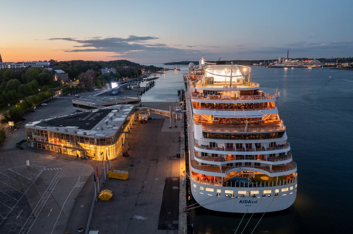Port of Kiel  - brings ships to the socket