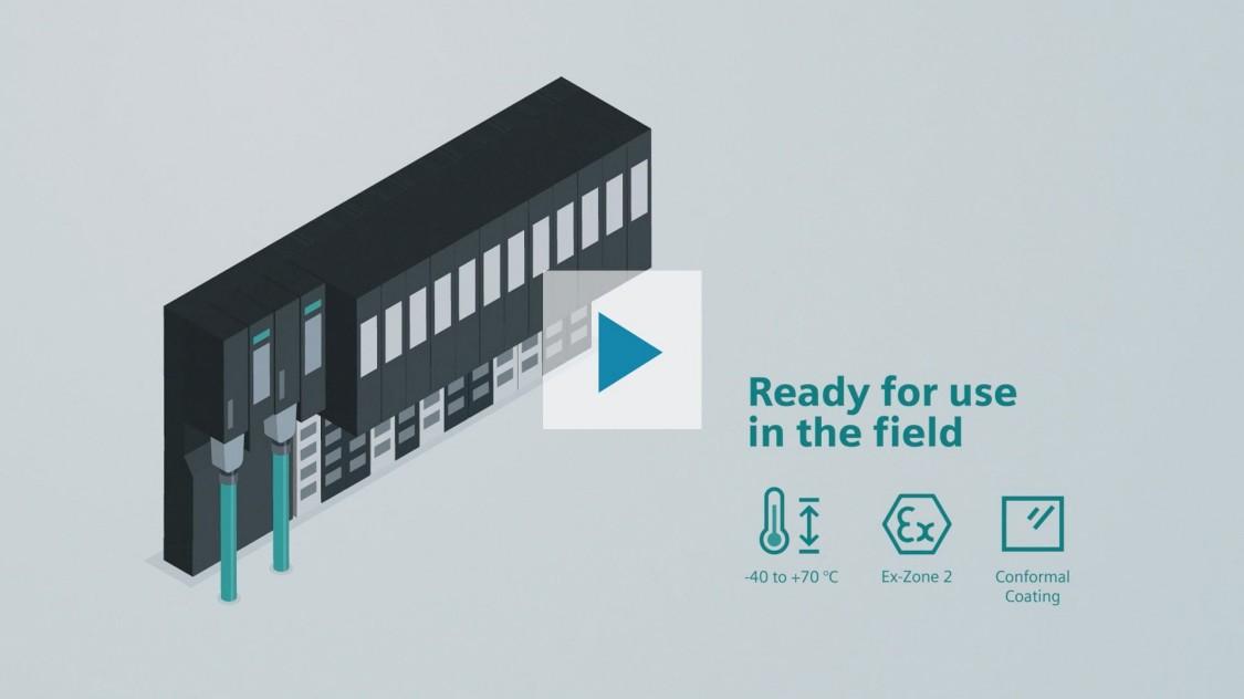 """La imagen muestra la periferia distribuida del SIMATIC ET 200SP HA sobre un fondo gris. Dos cables verdes PROFINET están conectados a él. A la derecha de la ilustración del producto está escrito """"Listo para usar en el campo"""". Debajo se muestran tres iconos para los aspectos más destacados del producto, que indican que el producto puede utilizarse a temperaturas ambiente que van de -40 a +70°C, que es adecuado para su uso en la zona peligrosa 2, y que está equipado con un revestimiento de conformidad. Al hacer clic en el botón de reproducción se reproduce un vídeo de introducción del producto."""