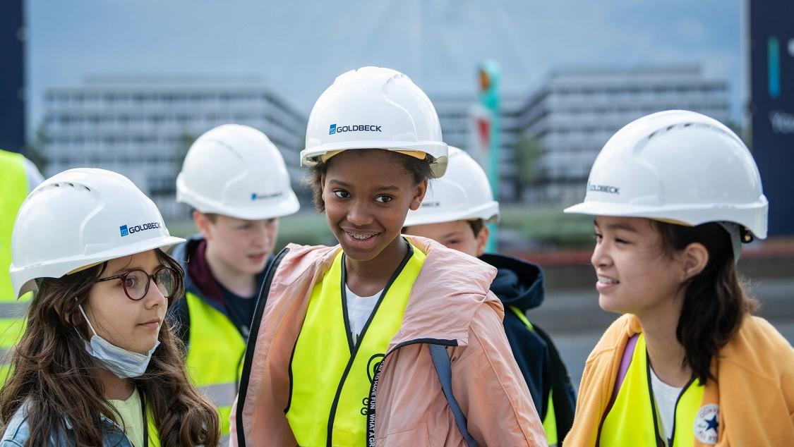 Schulkinder der Metropolitan School Frankfurt bei der Exkursion zum Gateway Gardens Stadtteil auf der The Move Baustelle
