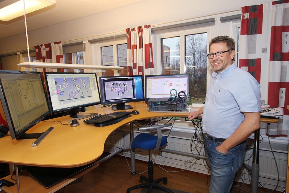 I var och en av skärmarna har Anders Yngve, automations- och projektingenjör på ÅF-Industry, möjlighet att virtuellt följa beteendet i en robotikcell under utveckling och test. Från vänster till höger har han tillgång till plc-koden i TIA Portal, robotikens rörelser och cellens utformning i Process Simulate, HMI:et i Simatic WinCC Advanced samt logiska beteendemoduler i Simit. Simit, som har olika beteendemoduler, används här för simulering av automationen innanför och utanför apparatskåp och kommunikationen till överordnat system. Process Simulate används när robotar är inblandade som styrsystemet ska kommunicera med och när det handlar om kinematik integrerad i processen.