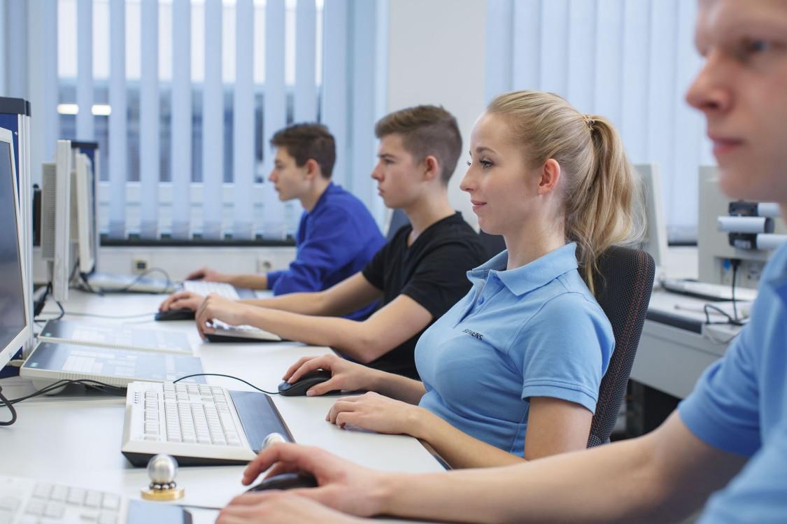 Junge Menschen an ihrem Ausbildungsplatz
