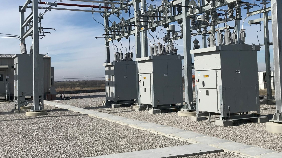 SDV7 and SDV-R non-arc-resistant distribution circuit breakers substation installation