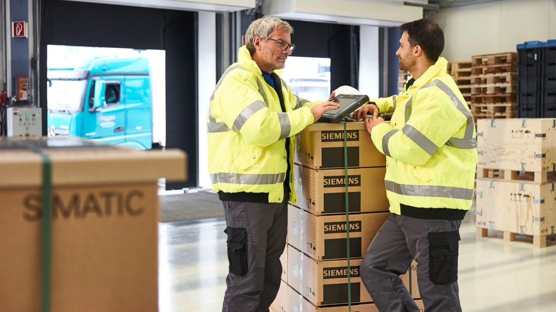 9:20 a.m.: In the receiving department, employees check a delivery and process it immediately, thanks to the integrated barcode scanner.