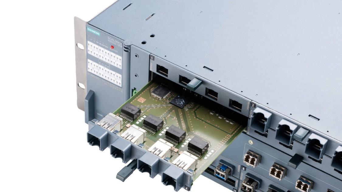 Bild eines SCALANCE X-500 Industrial Ethernet Switch mit eingestecktem Medienmodul