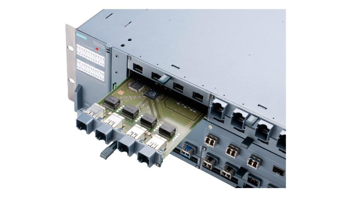 SCALANCE X-500産業用イーサネットスイッチにメディアモジュールが挿入されている画像