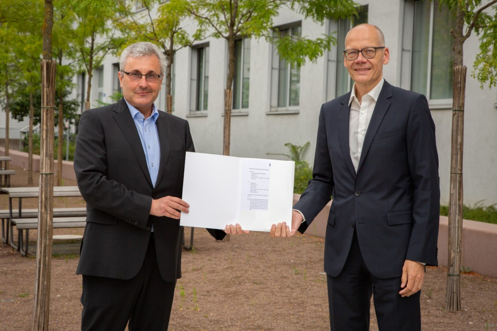 Fortsetzung einer guten Bildungspartnerschaft: Dr. Jürgen Hollatz und TH-Präsident Prof. Dr. Niels Oberbeck unterzeichneten Kooperationsverträge.