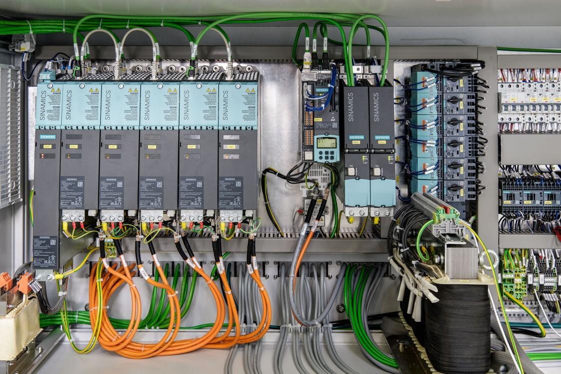 Der Blick in den Schaltschrank zeigt: Die Ruggli AG setzt bei ihren weltweit eingesetzten Tampon-Maschinen auf Komponenten von Siemens