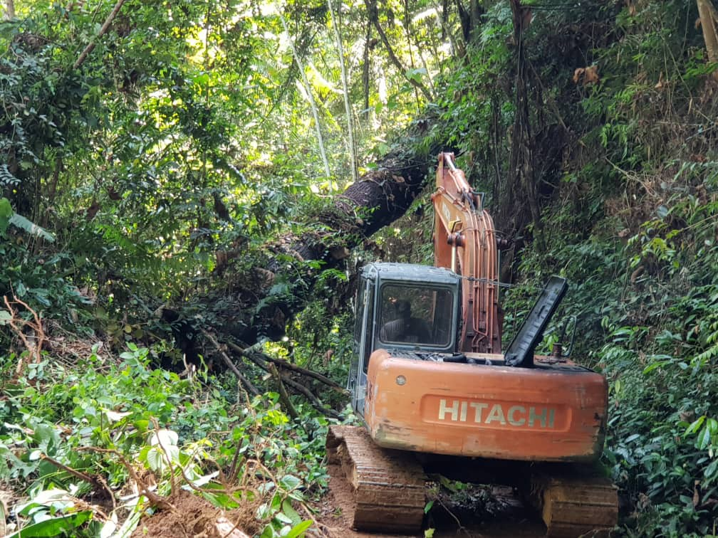 Clearing the road towards Kampung Ulu Tenlan