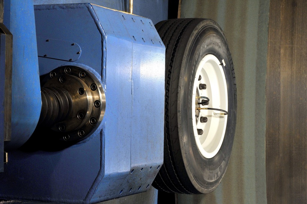 Staying on track – Siemens components significantly optimize truck tire test bench performance