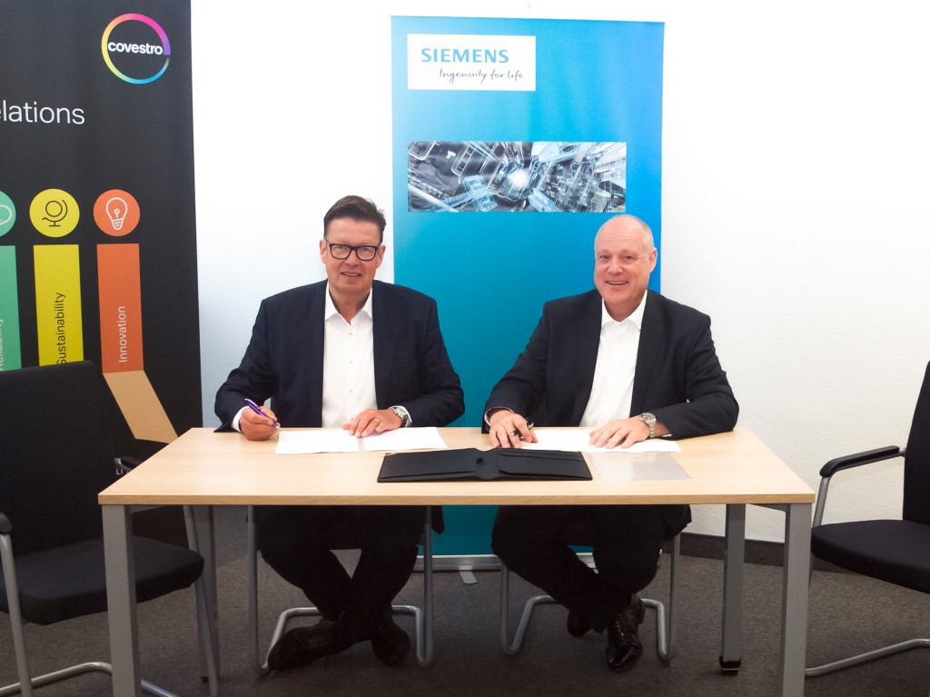 The picture shows (from left to right): Dr. Klaus Schäfer, Chief Technology Officer, Member of the Executive Board, Covestro Deutschland AG and Eckard Eberle, CEO of the Business Unit Process Automation, Siemens AG.