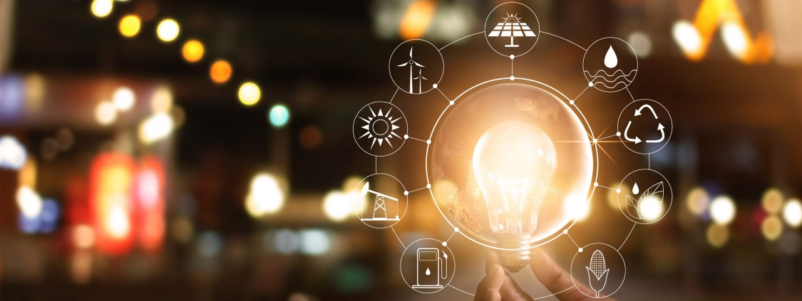 lâmpada acessa segurada por uma mão com ícones brancos ao seu redor representando cada segmento do setor de energia e desenvolvimento sustentável