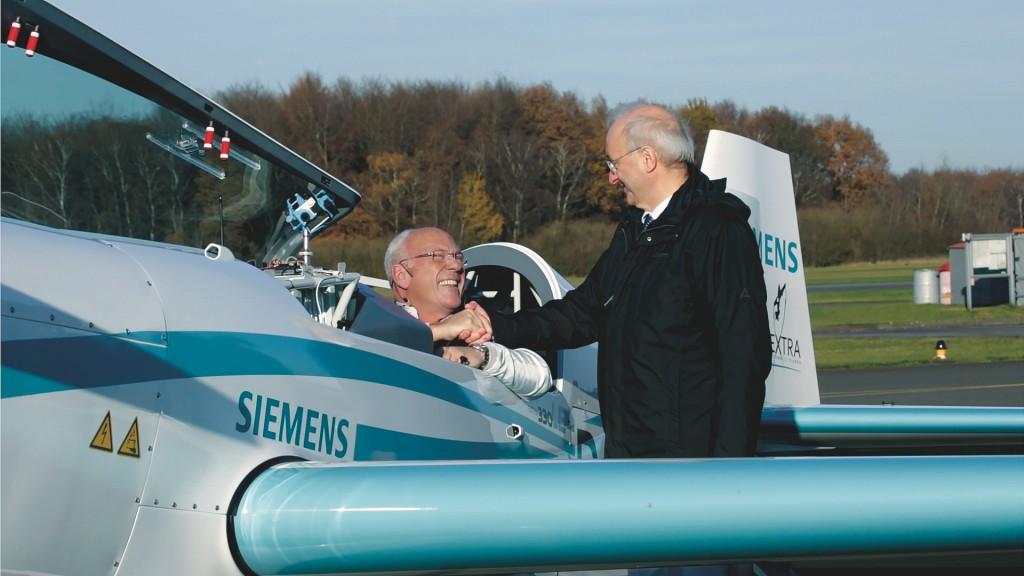 Frank Anton (rechts), Leiter eAircraft in der Start-up-Einheit next47, gratuliert dem Piloten Walter Extra. Ihm gelang am 25. November ein Weltrekordflug im Steigflug.