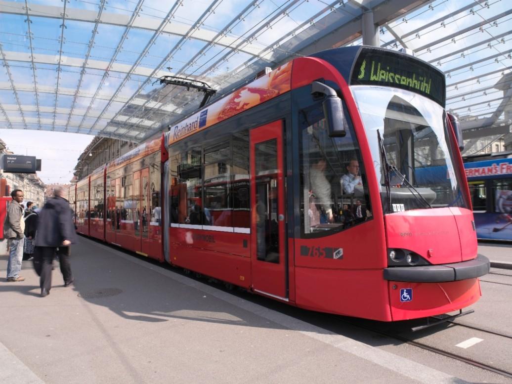 Rotes Bernmobil Tram beim Bahnhof Bern