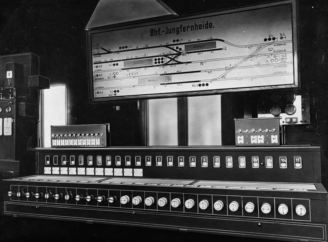 Safety first – An electric control board at the Jungfernheide signal tower