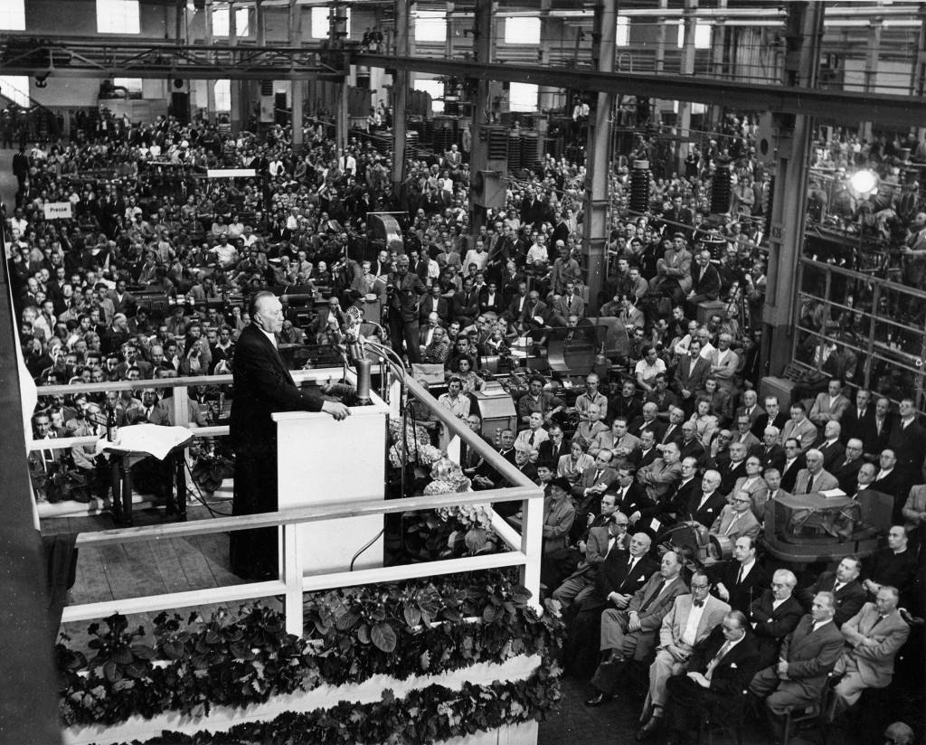 Adenauer im Werk 1952 (SW) - Schaltwerk in Berlin