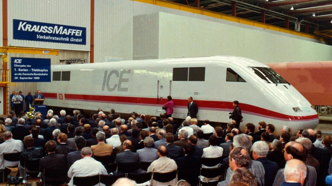 Em 26 de setembro de 1989, o primeiro carro elétrico ICE 1 para a Deutsche Bahn foi lançado em Munique. A construção da carroceria do corpo e a montagem dos carros elétricos são realizadas por um consórcio da indústria ferroviária alemã. O ICE 1 é o primeiro trem de alta velocidade a ser produzido em série na Alemanha.