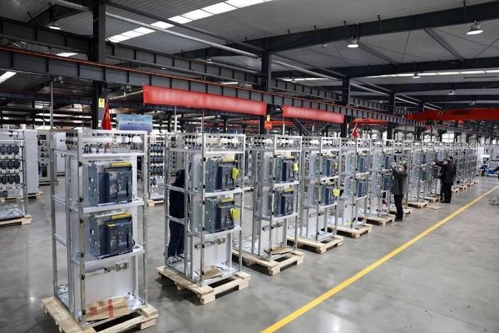 30台低压配电柜完成组装后就将奔赴战场。