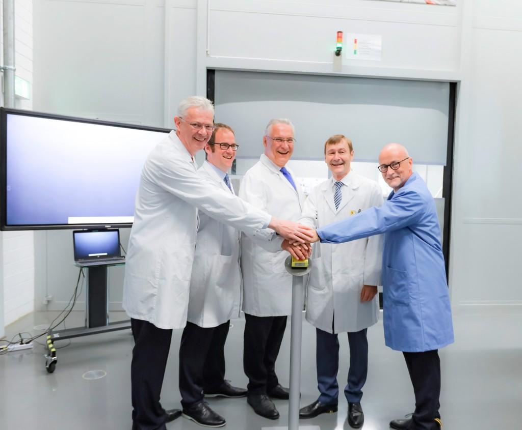 Wolfgang Heuring, CEO Siemens Motion Control, Oberbürgermeister Dr. Florian Janik, Innenminister Joachim Herrmann, Siemens-Vorstand Klaus Helmrich und Prof. Rolf Hellinger, Leiter Kompetenzcenter Leistungselektronik drücken auf den Startknopf.