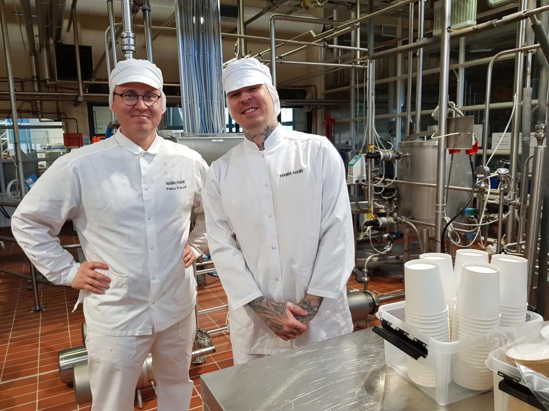 """""""Sain vierailun aikana myös hyviä vinkkejä omien jäätelökokeilujeni tekemiseen"""", Kristoffer Ignatius iloitsee. Kuvassa vasemmalla HAMIn meijerialan lehtori Pekka Puputti."""