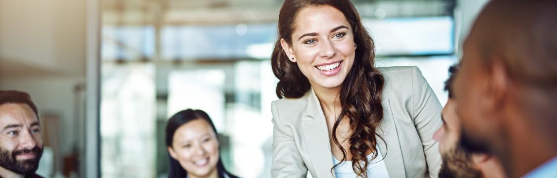 strahlende Geschäftsfrau erscheint in ein Meeting und schütteln ihrem Geschäftspartner die Hand