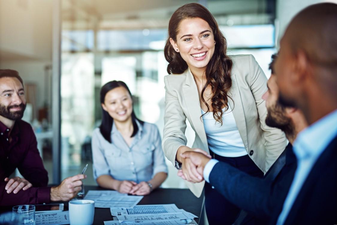 Geschäftsfrau schüttelt einem Geschäftspartner die Hand