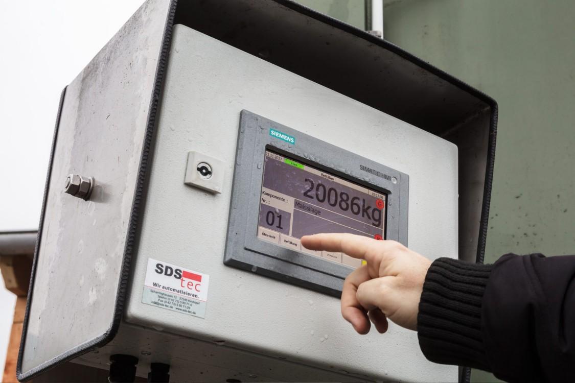 Finger zeigt auf ein HMI Outdoor Panel der Biogasanlage