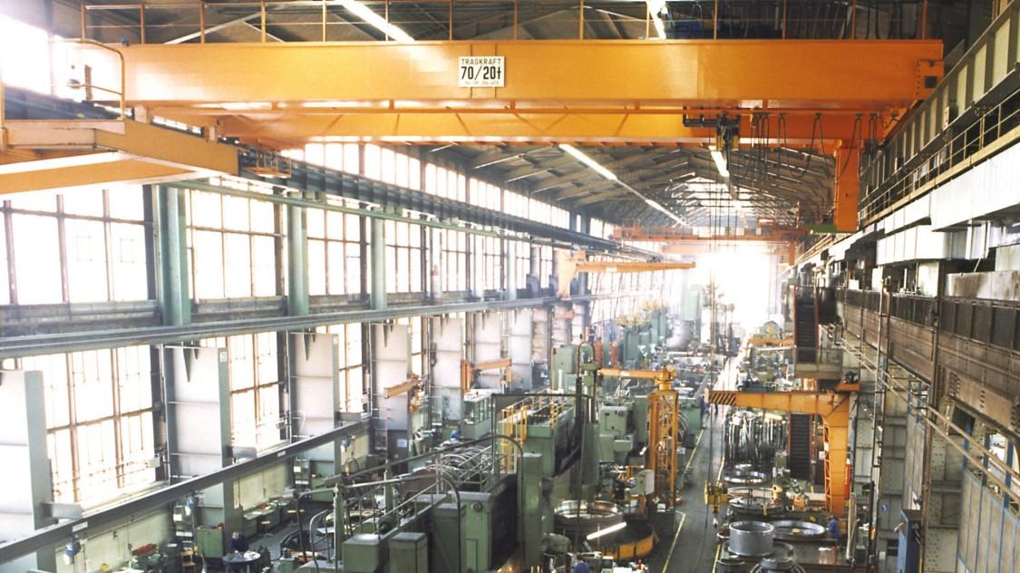 1979 entscheidet sich Fabrikleitung dafür, die Galerie auf der Ostseite des ersten Erweiterungsbaus zu entfernen. Durch diesen Rückbau findet die Gliederung der Montagehalle ein Hauptschiff und ein Seitenschiff nunmehr ihre Entsprechung im Erweiterungsbau