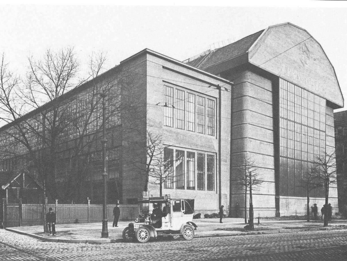 Aufsehen erregend und umstritten – die Giebelfront der Haupthalle, Reproduktion einer Aufnahme von 1909/1910