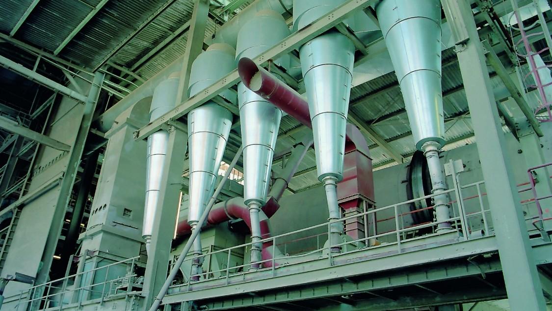 Fünf zylindrische Abfüllstutzen einer Anlage der Prozessindustrie.