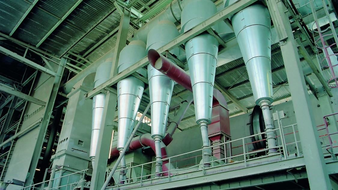 Prozessverwiegung und gravimetrische Füllstandmessung – dargestellt anhand von Abfüllstutzen einer von unten nach oben fotografierten Anlage der Prozessindustrie.