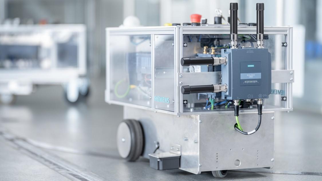 SCALANCE MUM856-1 auf einem fahrerlosen Transportsystem (FTS) montiert