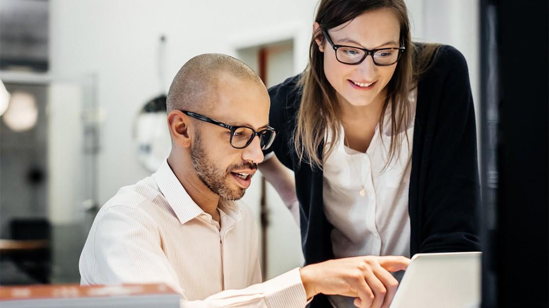 Homme et femme regardant un écran d'ordinateur