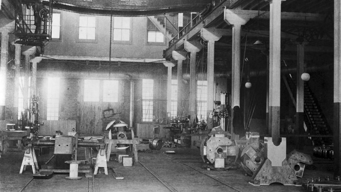 Dynamomaschinen und Bahnausrüstung – Blick in eine der Fertigungshallen, 1892
