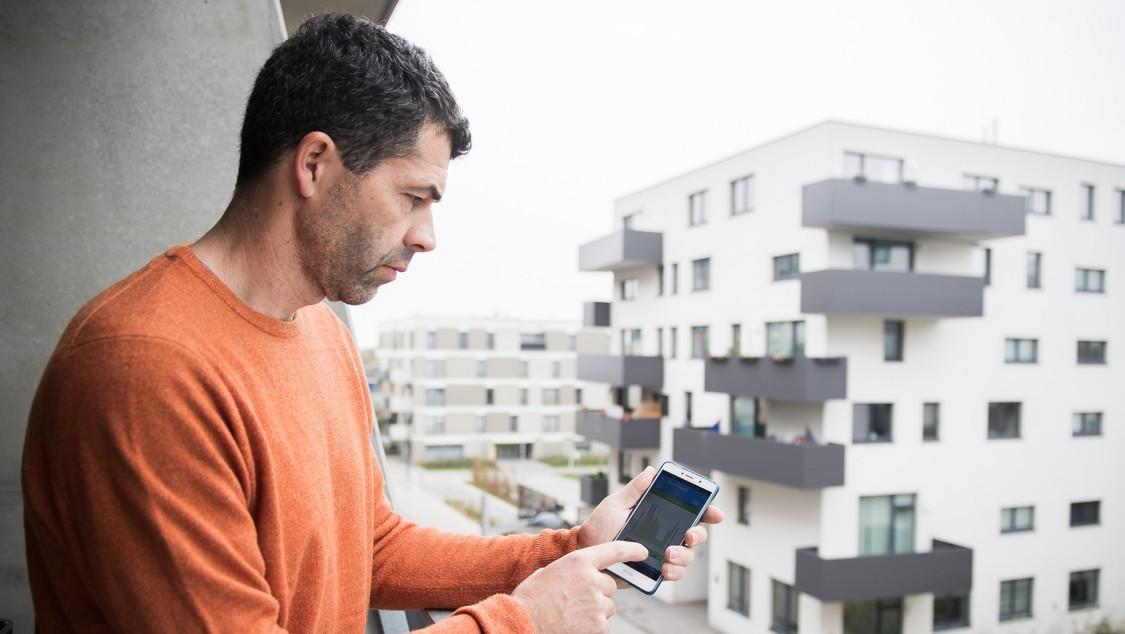 Smart User Peter auf seinem Balkon.