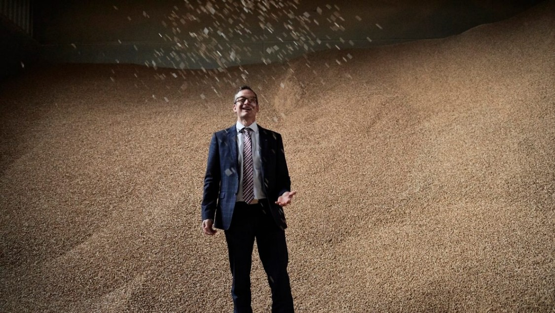 Marco Krasser im Holzpelletspeicher des Biomassekraftwerks