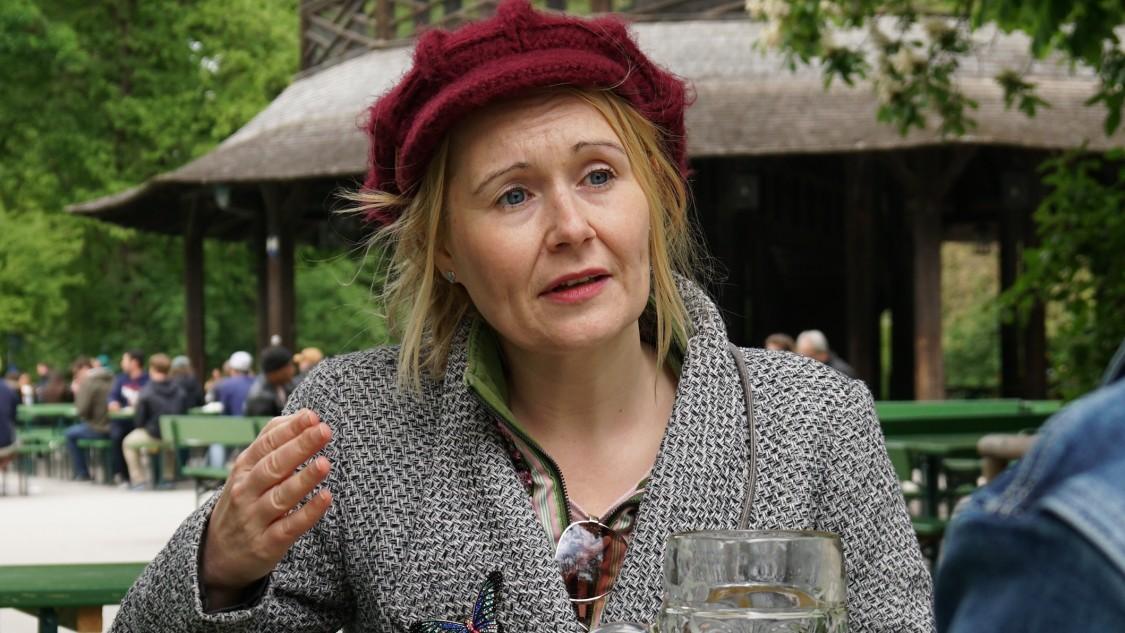 rebecca johnson, especialista em inteligência artificial, pontuando a importância da ia para uma cervejaria durante entrevista em Munique