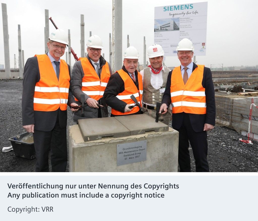 Photo from left to right: Ludger Wilde, City Council City of Dortmund; Jürgen Eickholt, CEO Siemens Mobility Division; Minister for Transport in the state of North-Rhine Westphalia Michael Groschek; Foreman Stefan Schütz, Martin Husmann, CEO of Verkehrsverbunds Rhein-Ruhr (VRR).