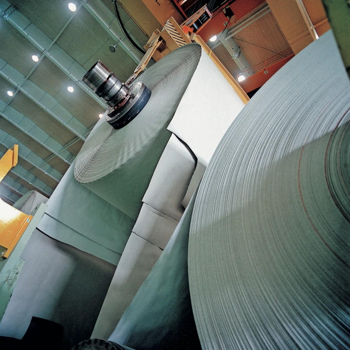 Das Bild zeigt eine Papiermaschine von oben