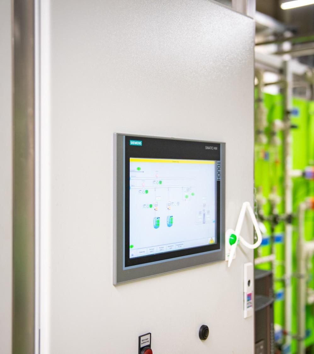 SIMATIC HMI Comfort Panels an der Tür des Schaltschranks