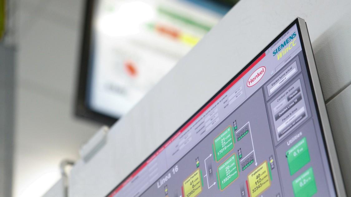 Via Dashboard werden die Betriebszustände der Maschinen sowie die Gesamtperformance von Abfüllung und Verpackung direkt an der Produktionslinie visualisiert