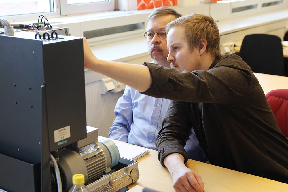 """Hands-on-utbildningen """"Masterdrives service & underhåll"""" förbättrar felsökningskunskaperna och ger medarbetarna bättre möjlighet att själva snabbare hitta och återgärda eventuella fel."""