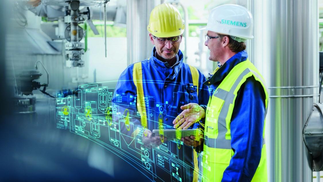 Zwei Männer in Arbeitsbekleidung an mobilem Tablet-PC. Im Layer wird ein typischer Prozessablauf in virtueller Form gezeigt.