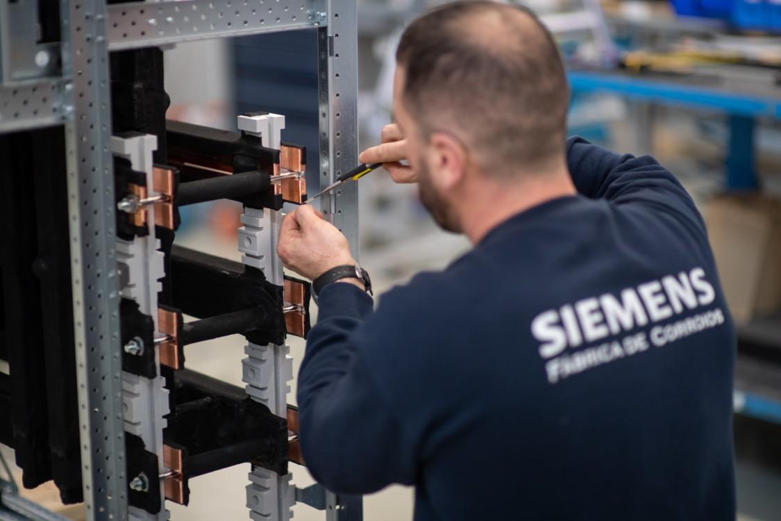 Equipamentos produzidos: quadros elétricos isolados a ar de média tensão (NXAIR, 8BK20, 8DB) utilizados em subestações para utilities e indústria; quadros elétricos de baixa tensão (SIVACON S8) utilizados na indústria e em data centers; quadros elétricos isolados a gás de média tensão (Simosec) utilizados em infraestruturas como hospitais, data centers, centros comerciais, pequenas fábricas, entre outros.