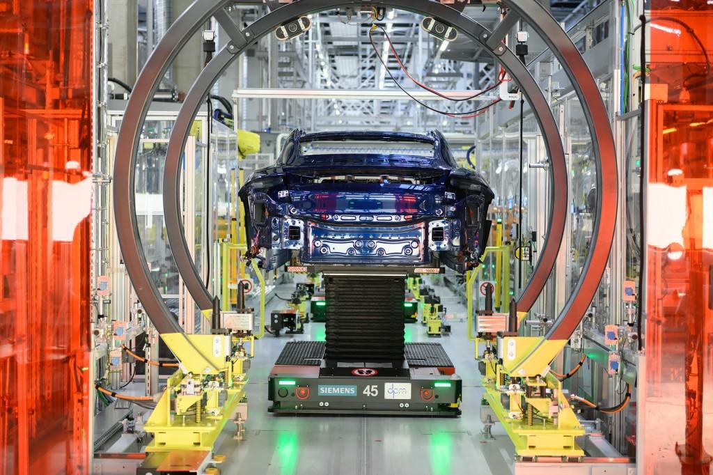 Für größtmögliche Flexibilität in der Fertigung bringen fahrerlose Transportsysteme die Karosserien von einer zur nächsten Arbeitsstation.