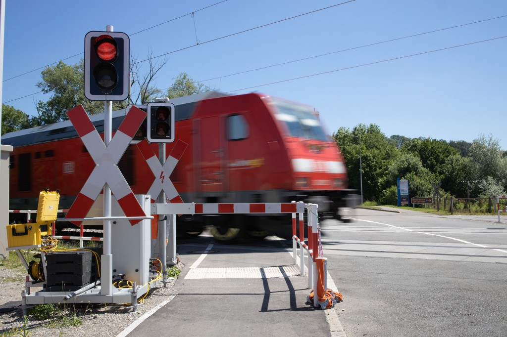 Mobile protection for level crossings – Fail-safe control from Siemens meets strict rail requirements